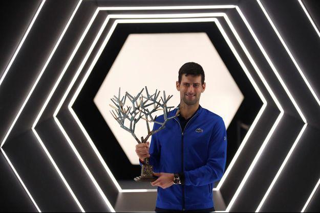 Novak Djokovic et le trophée du tournoi de Paris.