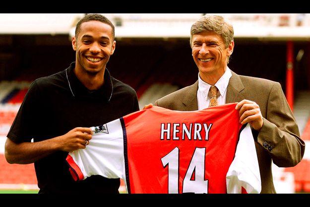 En 1999, le jeune Thierry Henry signait déjà aux Gunners d'Arsenal d'Arsène Wenger.