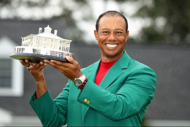 Tiger Woods soulève le trophée du Masters d'Augusta.