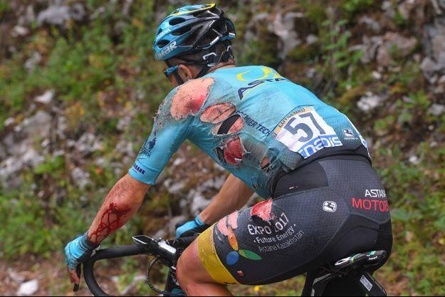 Alexey Lutsenko, victime de la terrible neuvième étape, qu'il a terminé malgré ses blessures.