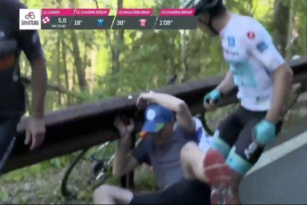 Miguel Angel Lopez a frappé un spectateur sur le Giro.
