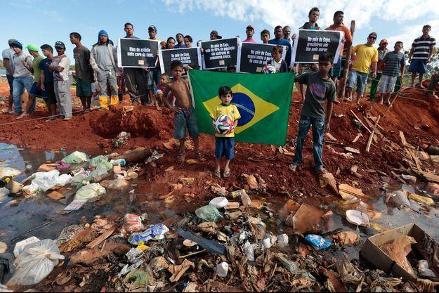 Les manifestations continuent au Brésil, dénonçant l'indécence des moyens économiques nécessaires à l'organisation de la Coupe du Monde.