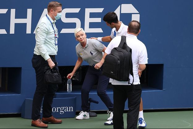Novak Djokovic s'est immédiatement excusé auprès de la juge de ligne.