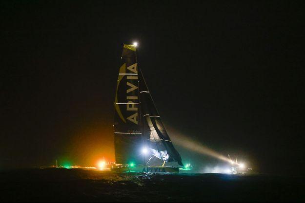 Le bateau Apivia de Charlie Dalin au large des Sables-d'Olonne.