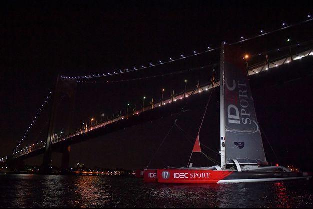 Francis Joyon coupe la ligne virtuelle sous le pont Verrazano à New York.