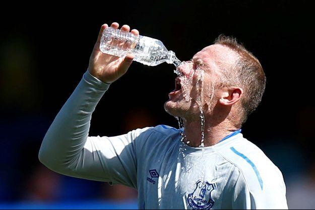 Wayne Rooney se désaltère... avec de l'eau (photo d'illustration)