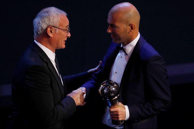 Zinédine Zidane a reçu le trophée des mains de Claudio Ranieri.
