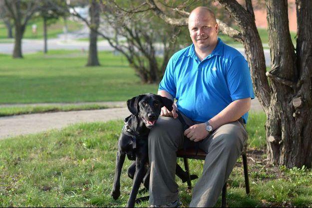 Wade Baker et Honor, son chien de service.