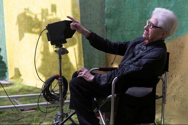 """Alain Resnais sur le tournage d'""""Aimer, boire et chanter"""", son dernier film."""