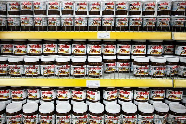 Des pots de Nutella sur un étalage.