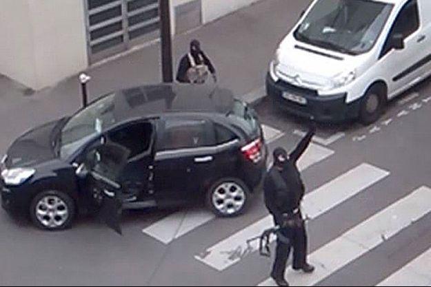 Les frères Kouachi revendiquant l'attentat contre Charlie Hebdo.