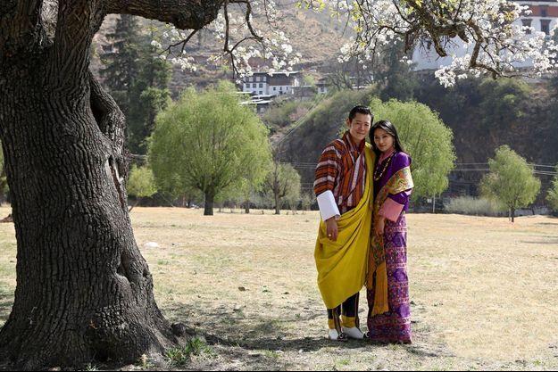 Devant le Tashichhodzong, la forteressemonastère qui abrite les différentes instances du pouvoir, le roi Jigme Khesar Namgyel Wangchuk, 33 ans, cinquième de la dynastie, et son épouse,en habits nationaux.