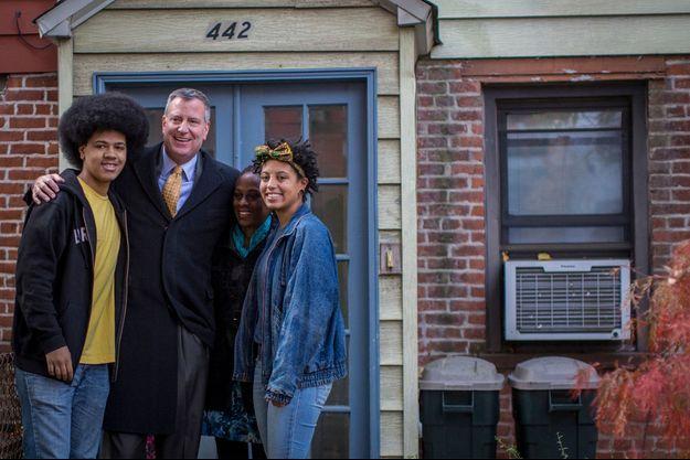 Bill de Blasio et sa femme, Chirlane, avec leurs enfants, Dante et Chiara (à gauche et à droite), de « vrais » adolescents. La famille pose devant la résidence de Gracie Mansion, leur nouveau domicile.