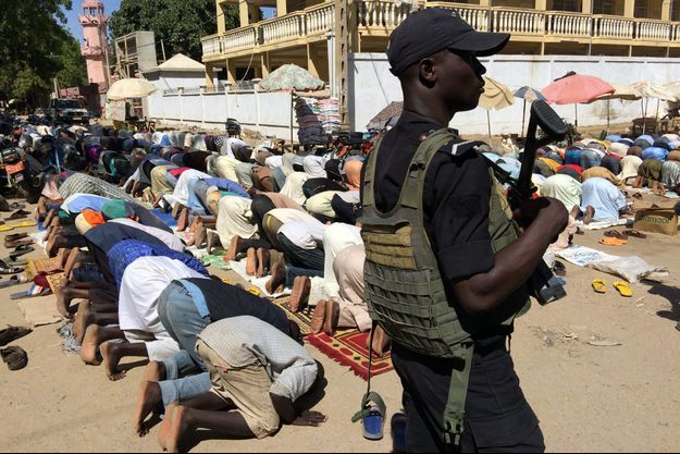 Lors des grands rassemblements, ici en 2015 lors d'une prière devant une mosquée au Cameroun, les forces de l'ordre sont sur le qui-vive.