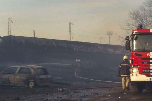 Un pompier devant un wagon renversé à Hitrino, en Bulgarie.