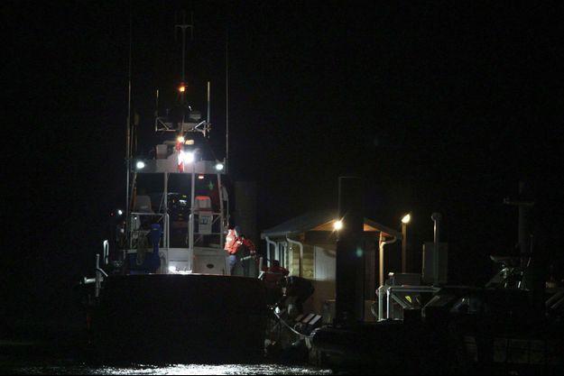 Des gardes-côtes canadiens à Tofino après une opération de recherche.