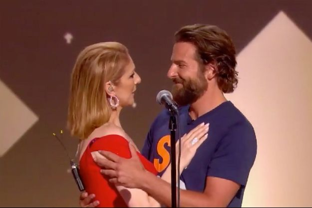 "Céline Dion et Bradley Cooper sur la scène du gala de l'association ""Stand Up To Cancer"""