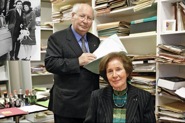 Dans leurs bureaux encombrés d'archives historiques. Serge et Beate avec leur chien Rick. En médaillon, la photo de leur mariage en 1963.