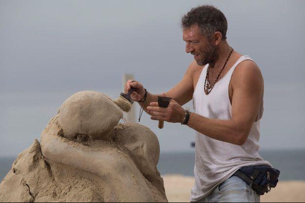 Vincent Cassel en sculpteur sur sable dans « Rio, eu te amo »