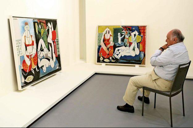 David Nahmad devant la version H et la version J du tableau « Les femmes d'Alger » de Pablo Picasso, au Grimaldi Forum, le 6 juillet.