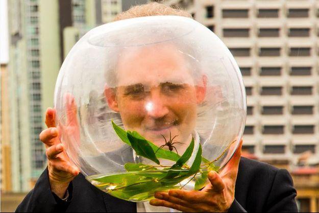 Le théoricien Brian Greene et l'araignée Brian.