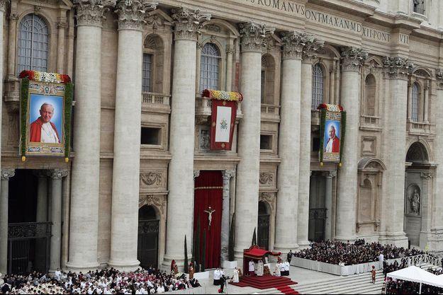 Place Saint-Pierre à Rome, dimanche 27 avril en fi n de matinée. Aux acclamations de la foule et au son des cloches, la messe de canonisation s'achève sous les portraits de Jean-Paul II et Jean XXIII, « deux hommes courageux », a déclaré le pape François durant son homélie.