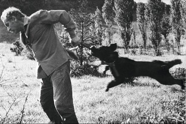 Avec son chien Kaf, en 1965, dans le jardin de sa maison de campagne de Crespières, un ancien moulin des Yvelines.