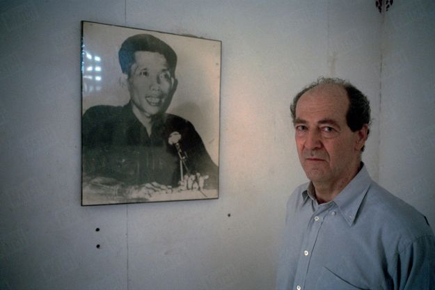 « François Bizot devant le portrait de Douch, son bourreau, trente ans après, dans le musée de l'horreur, à l'école de Tuol Sleng, l'ancien camp de torture et de détention S 21. » - Paris Match n°2675, 31 août 2000