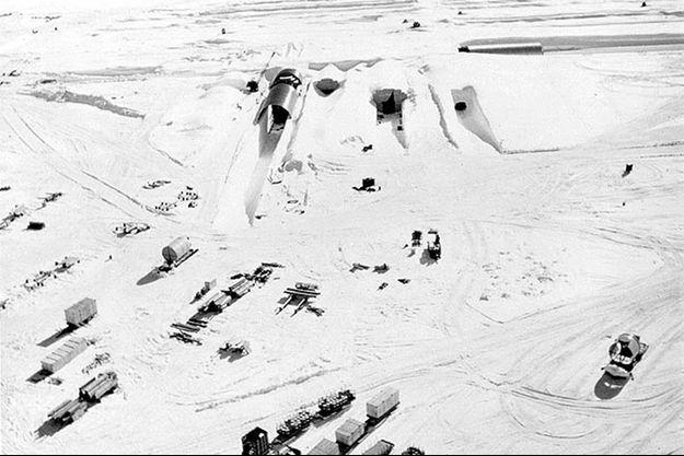 Le camp militaire creusé sous la glace