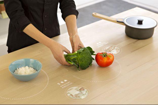 La table connectée peut détecter et peser les ingrédients.
