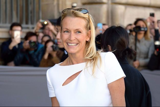 Estelle Lefébure assiste au défilé Dior de la Paris Fashion Week (2 octobre 2015).