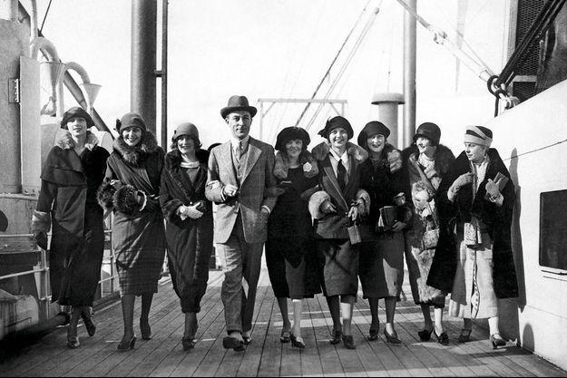 Retour des Etats-Unis en 1924 où Patou est allé choisir une brochette de mannequins au physique athlétique qui plairont à sa clientèle américaine.