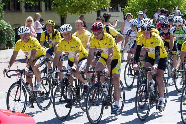 Jean-Yves Le Drian lors de la course cycliste « pour la paix », à Sarajevo, le 22 juin dernier.