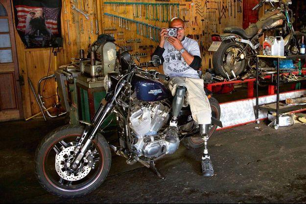 Dans l'atelier de son cottage de Gallo Manor, au nord de Johannesburg, João Silva s'apprête à faire un tour en Harley. L'engin a spécialement été adapté pour qu'il puisse le piloter avec ses prothèses.