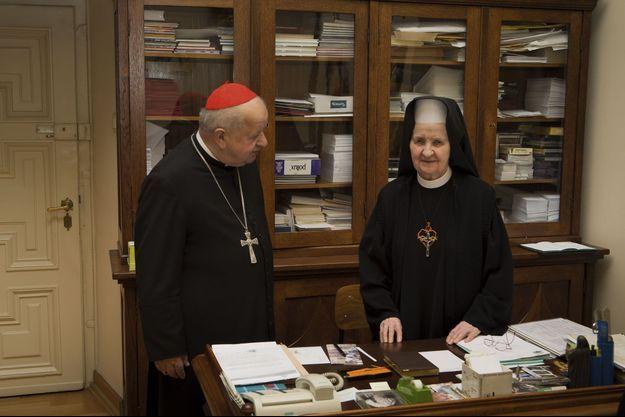 Pour la première fois, suora Tobiana, la supérieure des sœurs qui vivaient auprès de Jean-Paul II, accepte de se faire photographier. Elle nous reçoit exceptionnellement dans son bureau de l'archevêché de Cracovie avec Mgr Stanislaw Dziwisz.