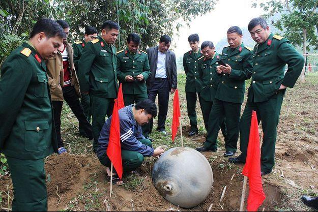 La sphère métallique de 46 kilos s'est écrasée près d'un ruisseau.