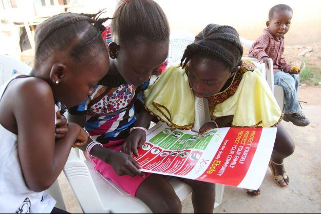 Des enfants regardent les informations de l'Unicef pour éviter de tomber malade.