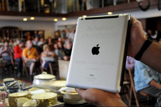 L'iPad du pape qui se distingue par son inscription «Sa Sainteté François».
