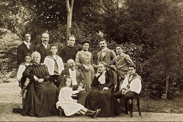 Une partie de la famille Ruellan, en août 1903, dans le jardin de la propriété familiale de Paramé.