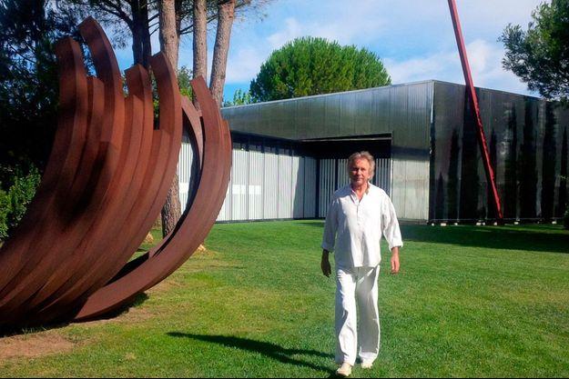 Bernard Venet au domaine du Muy devant l'une de ses oeuvres.