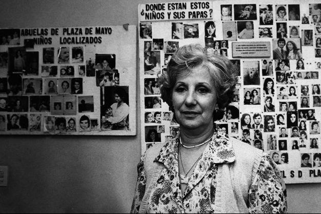 Estela de Carlotto devant le mur des enfants disparus, en 1987.