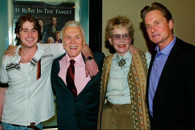 La famille Douglas réunie en 2003. De gauche à droite : Cameron, Kirk, Diana et Michael.