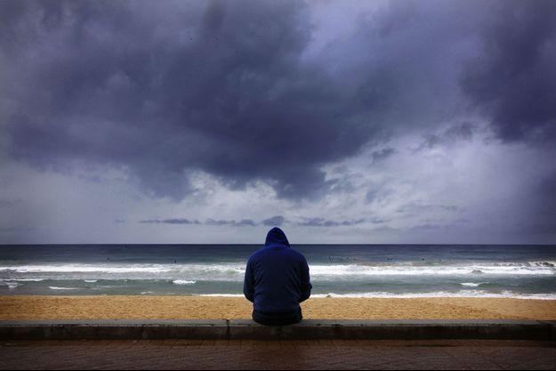 Un surfeur regarde les vagues de l'océan Pacifique.