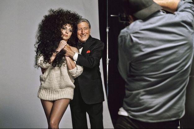 Lady Gaga et Tony Bennett posant pour la campagne H&M de Noël.