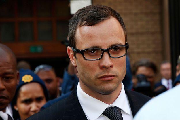 Oscar Pistorius quitte le tribunal après le réquisitoir du procureur, jeudi à Pretoria.
