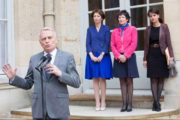 Jean-Marc Ayrault acccompagné de Marisol Touraine, Dominique Bertinotti et Najat Vallaud-Belkacem.