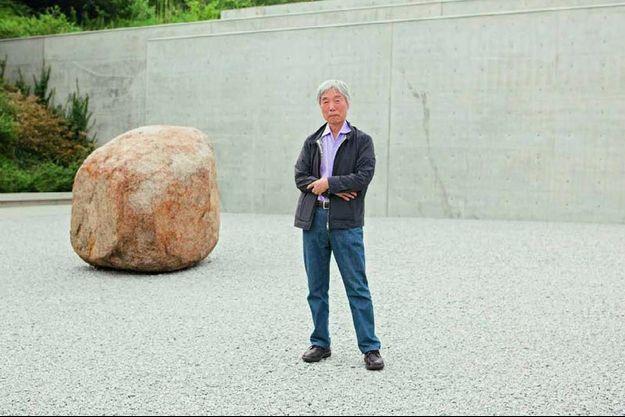 Lee Ufan, sur l'ile de Naoshima, devant le musée qui lui est dédié dessiné par l'architecte japonais Tadao Ando.