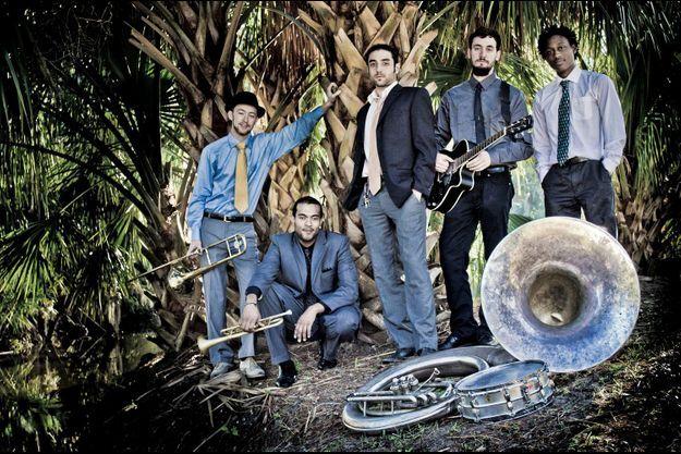 """De g à d : Jon """"ToeJam"""" Ramm, James Williams, Josh """"Jams"""" Marotta, Sam Friend, Wes Anderson. Manque le clarinettiste Joe Goldberg, qui vient de rejoindre le groupe."""