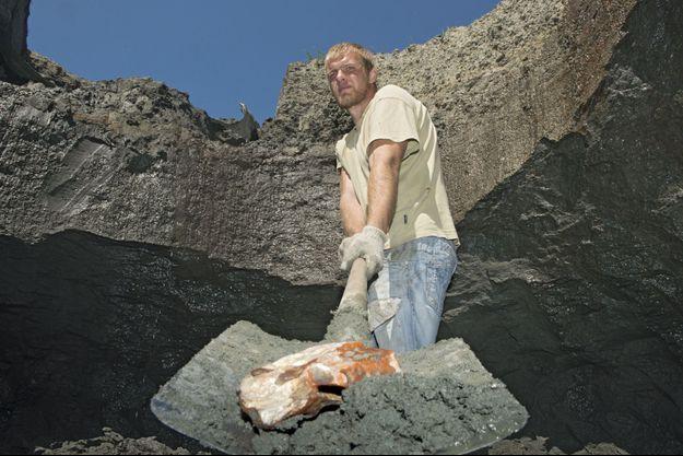Roman, creuseur illégal, gagne environ 2 000 euros par mois, bien plus que pour un travail «honnête».