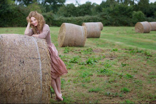 Automne 2013, dans le jardin de sa maison de Normandie, en pleine nature. Elle y part en famille tous les week-ends.